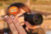 Glücklich finger-paar im urlaub mit sommer-foto-blase — Stockfoto