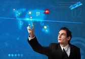 Empresario presionar botón de redes sociales en mapas digitales — Foto de Stock