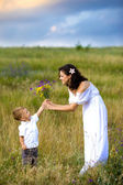 Son gives mom flowers — Stock Photo