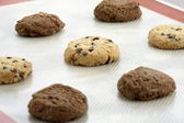 Chocolate chip cookies and chocolate cookies — Stock Photo