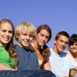 Groupe d'adolescents heureux — Photo