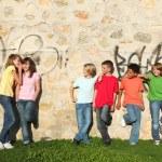 karışık ırk çocukların birlikte takılmak — Stok fotoğraf