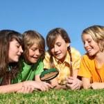 ragazzi al campo estivo giocando con lente d'ingrandimento — Foto Stock