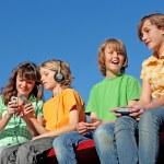 tecnologia, bambini che giocano con dispositivi elettrici — Foto Stock