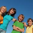 gruppo di ragazzi a scuola estiva o camp — Foto Stock