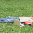 Student relaxing on campus - Foto Stock