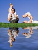 Gelukkige familie buiten in de zomer — Stockfoto