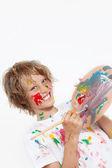 Brutale jongen spelen met verf — Stockfoto