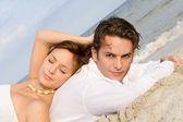 Szczęśliwa para na wakacje lub podróż poślubna — Zdjęcie stockowe