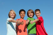 Grupo de crianças divderse no acampamento de verão com polegares para cima — Foto Stock