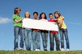 Groep van uiteenlopende kinderen houden van lege witte poster — Stockfoto