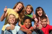 Grupp av olika ras barn — Stockfoto