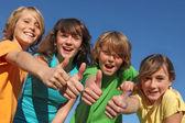 Grupp av barn med tummen upp — Stockfoto