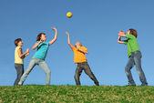 Attivi bambini che giocano a palla in un campo estivo — Foto Stock