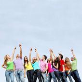 Grupp tonåringar pekar — Stockfoto