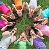 Gruppo di bambini o adolescenti gridare o cantare in un campo estivo — Foto Stock