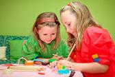 Bambini felici gioco disegno e rendendo il mestiere in classe a tipo — Foto Stock