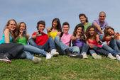 Gruppo di razza mista, mostrando il cellulare o i telefoni cellulari — Foto Stock