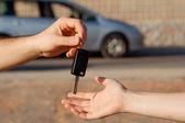 Nieuwe autosleutels of auto huren of autoverhuur — Stockfoto