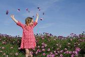 ハッピー夏子花を持つ — 图库照片
