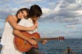 幸福的情侣与吉他 — 图库照片