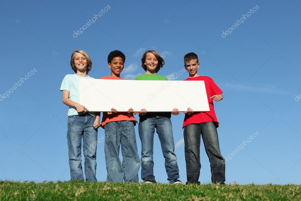 Mixed race kids holding blank sign — Zdjęcie stockowe #6361632