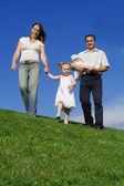 Gezonde en gelukkige familie wandelen, openlucht in de zomer — Stockfoto
