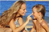 Sonnenpflege, mutter kind suncream anziehen — Stockfoto