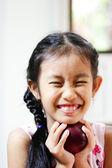 赤いリンゴに笑みを浮かべて若い女の子 — ストック写真