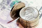 Monedas y dólares americanos — Foto de Stock