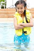 Sevimli genç kız bir havuzda ayakta — Stok fotoğraf