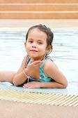在游泳池旁边玩耍的孩子 — 图库照片