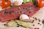 Carne fritar bife com legumes — Fotografia Stock