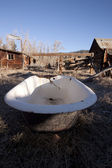 Old bathtub in a field abandoned country vintage — Stock Photo
