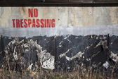 No trespassing on a cement wall — Stock Photo