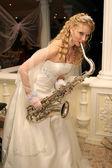 Braut spielt saxophon — Stockfoto