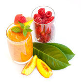Peach cocktail with raspberries — Stock Photo