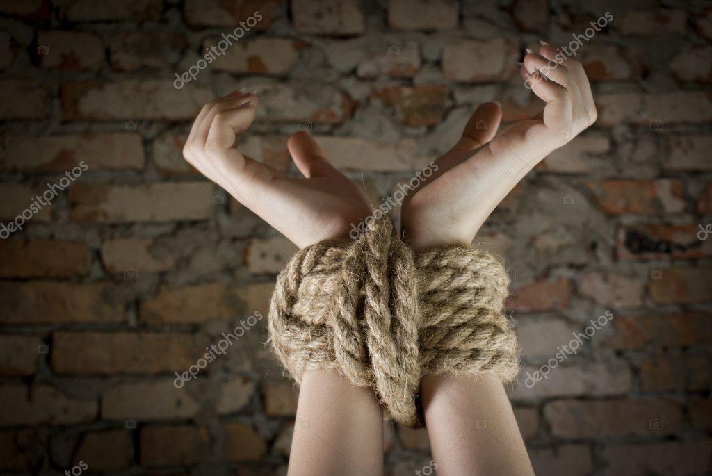 Связать с веревками