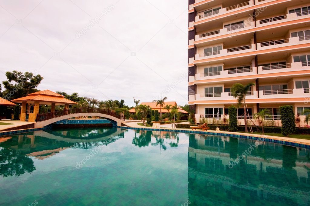 The condominium near the swimming pool — Stock Photo #6635526