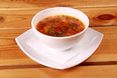 Tigela de sopa de tomate cremosa vermelha brilhante com iogurte — Foto Stock