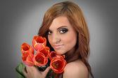 Vackra bruna hår flicka håller bukett blommor — Stockfoto
