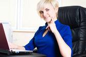 Kobieta z laptopa — Zdjęcie stockowe