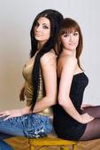 Två vackra kvinnor poserar tillsammans — Stockfoto