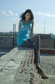 Mladá žena na střeše — Stock fotografie