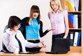 Drie mooie vrouwelijke ondernemers — Stockfoto