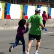 Dad and daughter are running at the finish of the Marathon — Stock Photo