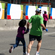 Dad and daughter are running at the finish of the Marathon — Stock fotografie