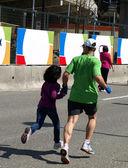 パパと娘のマラソンのゴールで実行しています。 — ストック写真