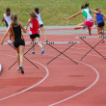 holky běží 200 m překážek — Stock fotografie