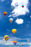 Colorful hot air balloon against blue sky — Stockfoto
